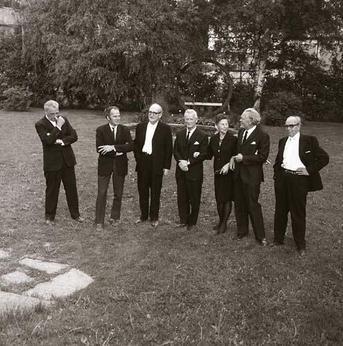 Begravningsgäster ute i trädgården vid Gästis 29 juni 1969.