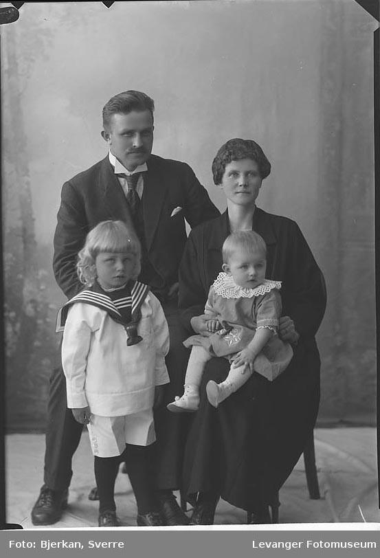 Gruppebilde av Støle med familie navn ukjent