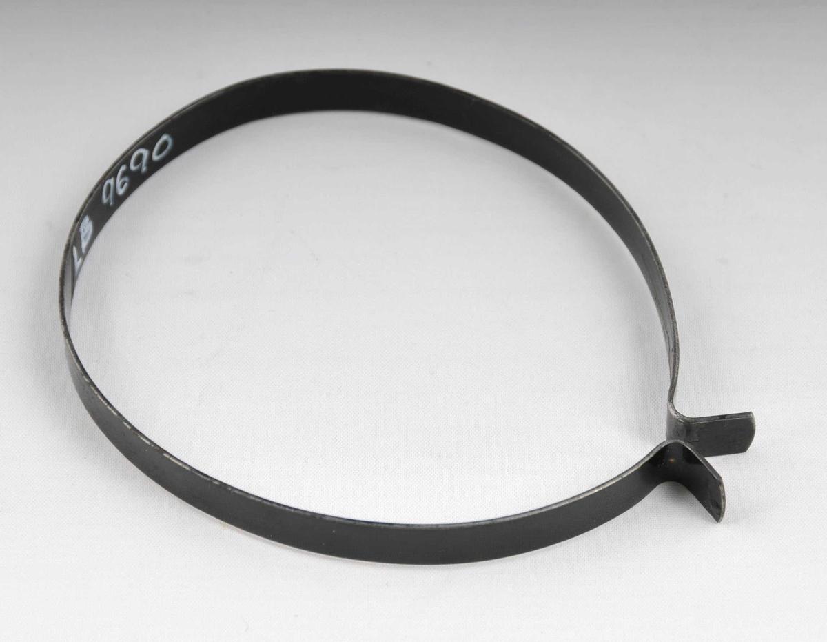 Oval sykkelklype med opning  i eine sida.