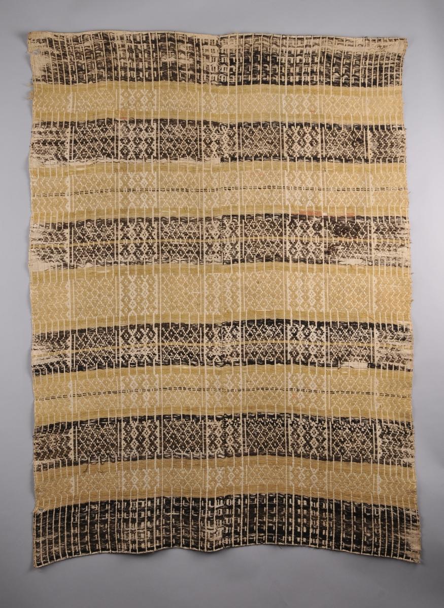 Teppet  er sauma med sauebrunt og gult totråds ullgarn på ein toskaftsvove linbotn (illuderar skilbragdteknikk).  Det er sett saman av to vevbredder som er sydd saman langs midten av teppet. Smal dobbeltbretta fald i båe kortsidene.