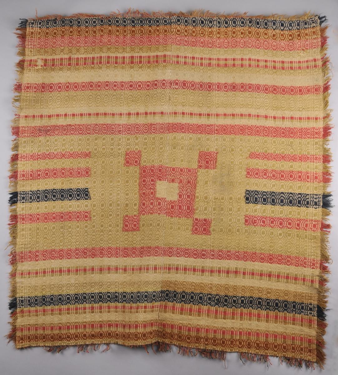 """Teppet  er vove med rosa, beige-grøn, brun og blått eittråds plantefarga ullgarn og lingarn på ein toskaftsvove linbotn i skilbragdteknikk. Det er sett saman av to vevbredder som er sydd saman langs midten av teppet. Tafs i alle sidene (langs kortsidene er dei påsauma, medan langs langsidene er det innslagstråane som dannar løkker. Teppet har ein """"spegel"""" midt på, eit kvadrat med fire mindre kvadrat plassert utanfor alle fire hjørna (valknute). Desse er """"smetta"""" inn i vevnaden. Det er, sekundær,t sydd på eit bomullsband som dannar løpegang for oppheng. Lappa på to stader med heimevove linstoff. Teppet er blitt bruka til kisteteppe."""