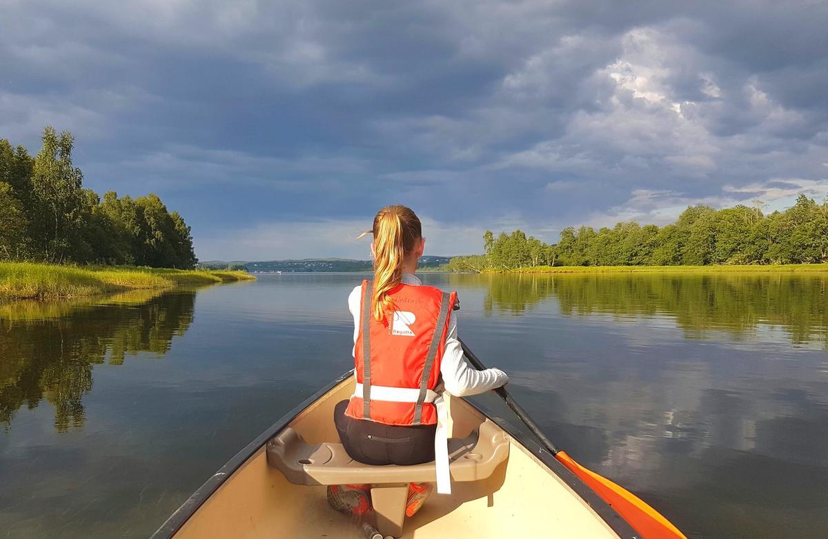 Jente som padler kano i Øyerendelta (Foto/Photo)
