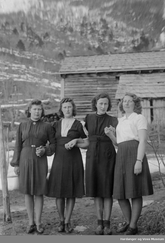 Fire kvinner, Hallanger