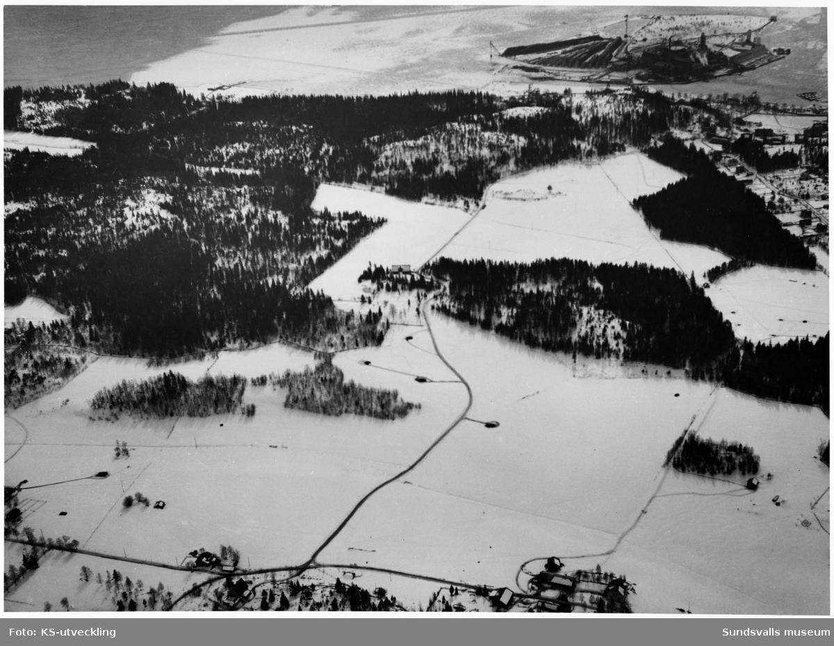 """Vy över Korsta och Ortvikens pappersbruk norrifrån. Nere till höger """"Enboms"""" Korstabergsvägen 4. Taget från norr."""