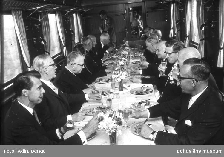 Kungainvigningen 16 juni 1964.  Fotograf Bengt Adin, Göteborg. Regi Hans Håkansson. Restaurantvagn. Till vänster Mats Carlgren, Modo. Till höger I. Eidem, Fosfatbolaget.