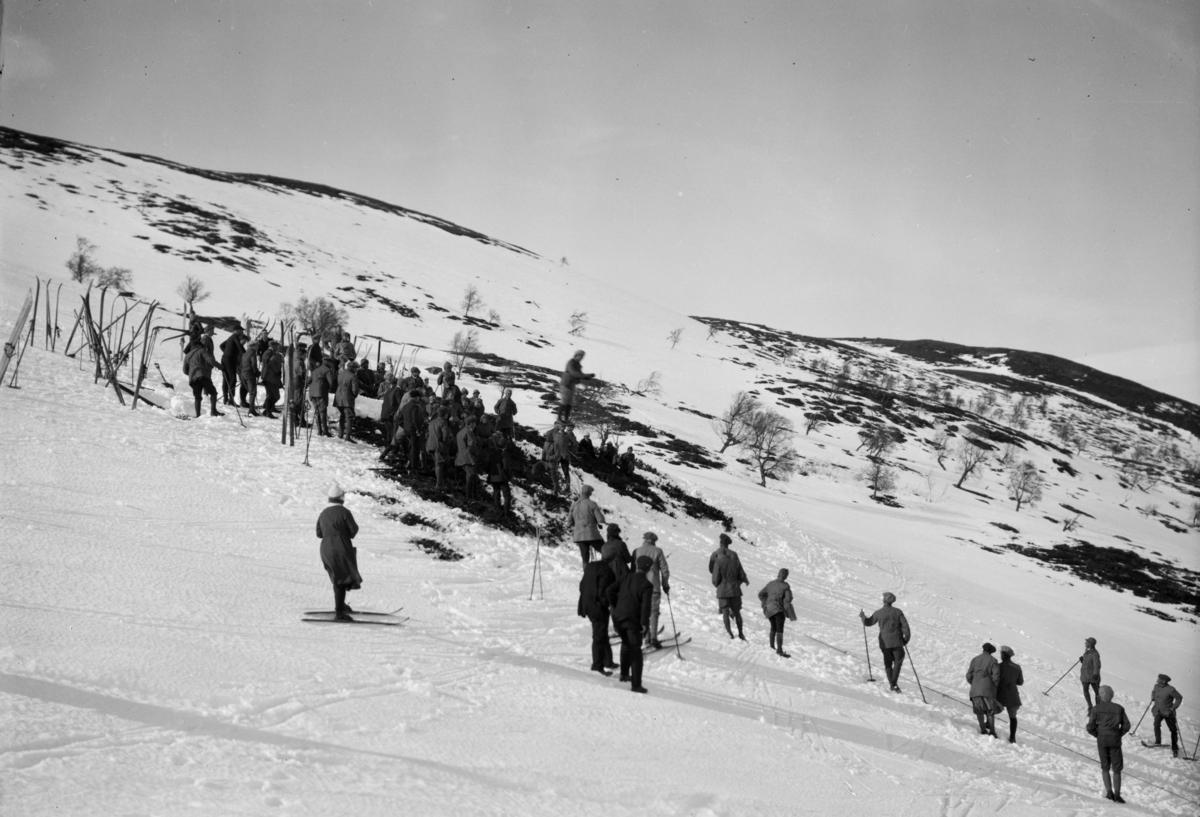 Sjodalen, hopprenn med tilskuere i fjellsiden