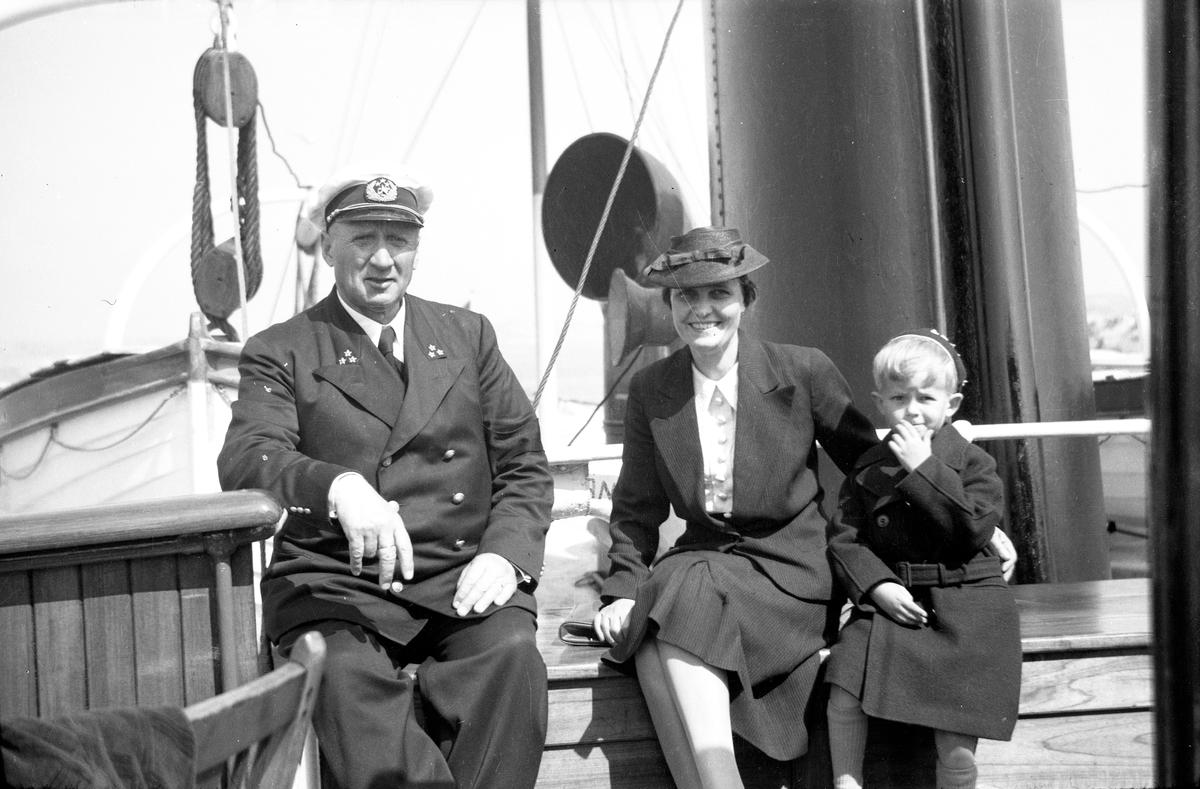 """Befälhavaren på passagerarångfartyget BOHUSLÄN, [sjö]kapten Johansson """"Förnäsen"""" med sällskap."""