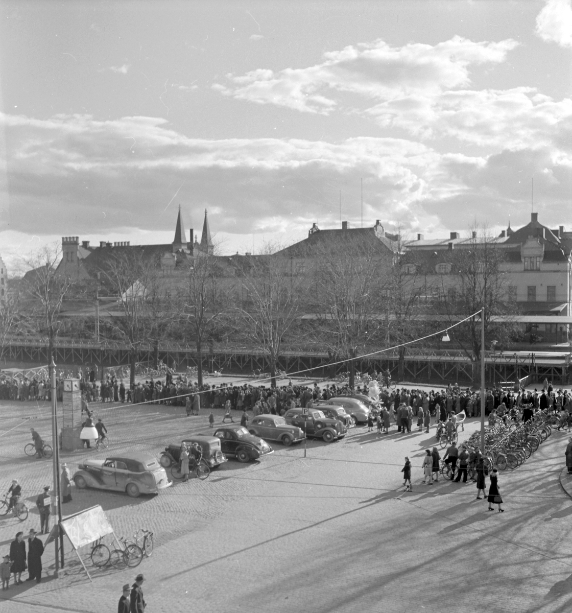 """Gävle Cirkusen har kommit till stan! Ungdomscirkusen från Furuvik """"Tusen & en natt"""". 22 april På Fisktorget/Hamntorget står cirkusvagnarna  vid cirkustältet. Besökarna strömmar till"""