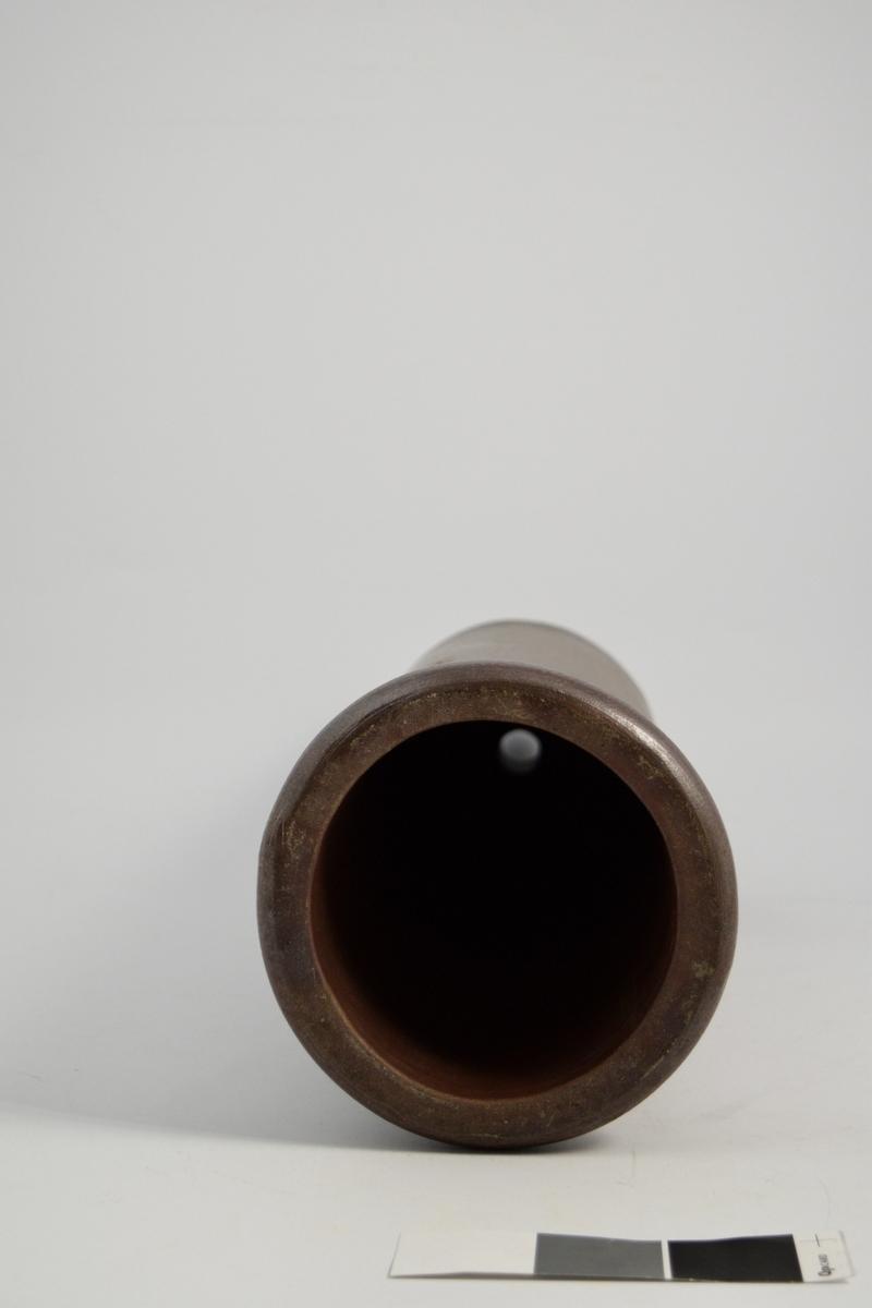 Perkulator i keramikk, brun. Brukt til ekstraksjon av virkestoff fra medisinplanter, med alkohol eller vann.