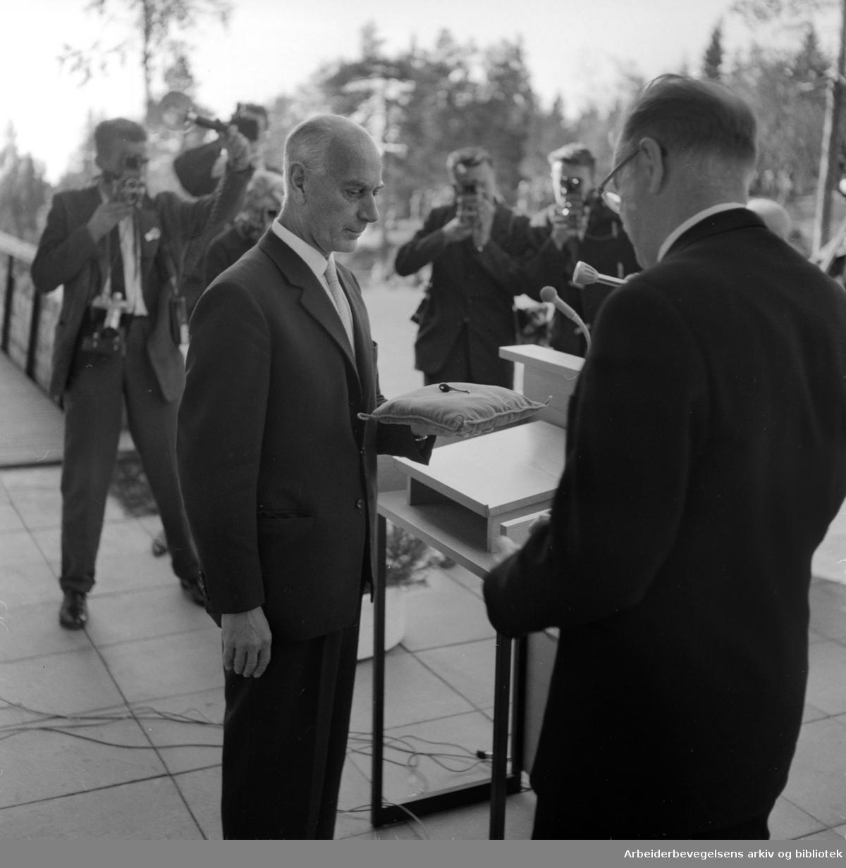 """Voksenåsen. Fra overleveringen. Nøklene til """"Voksenåsen"""", den norske nasjonalgaven til Sverige, ble overrakt av statsminister Einar Gerhardsen til den svenske statsminister Tage Erlander. Oktober 1960"""