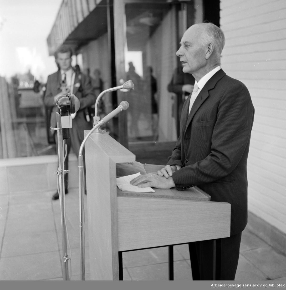 Voksenåsen. Fra innvielsen. Einar Gerhardsen. Oktober 1960