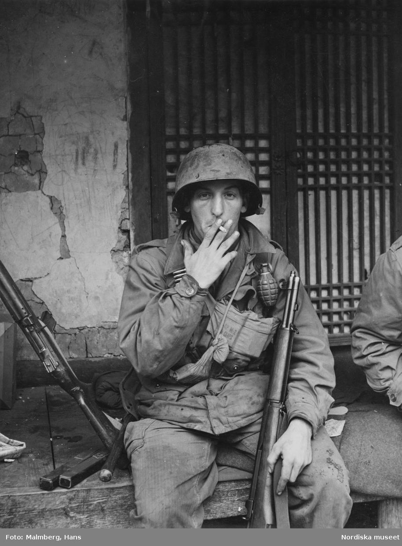 Koreakriget. En amerikansk soldat röker en cigarett.