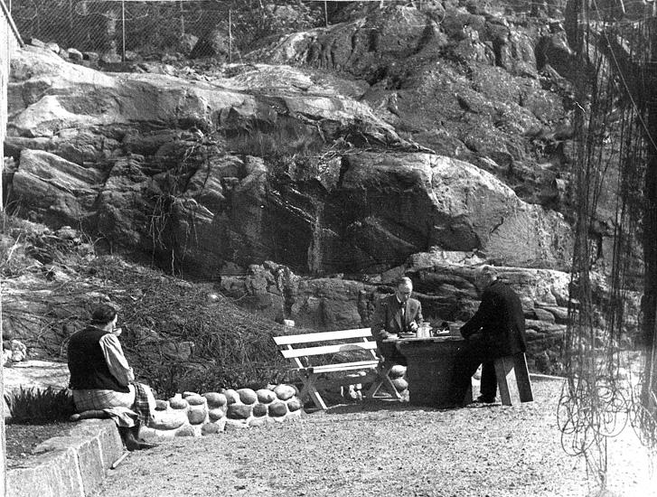 """Enligt uppgift: """"Eftermiddagskaffe år ca 1949. T.v. dåvarande husmodern Jenny Fagerberg, forskare Nils Jerlov och trålmästaren på forskningsfartyget """"Skagerack"""", August Nilsson""""."""