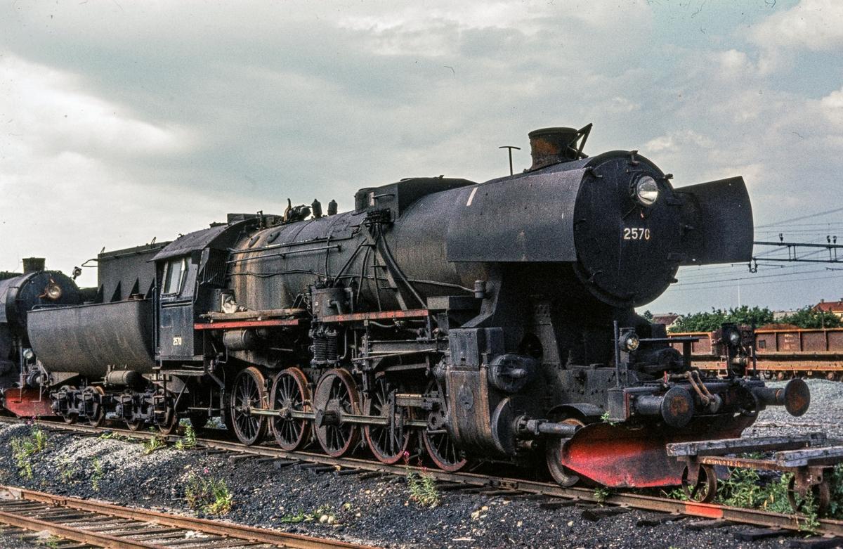 Utrangert damplokomotiv type 63a nr. 2570, hensatt på Marienborg ved Trondheim.