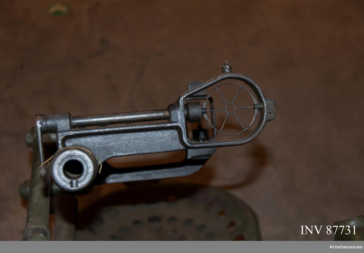 System Bofors. 20 mm automatkanon m/1940 med samhörande luftvärnslavett m/1940. Kapell F1001-000970-9.   Mekanisk eldhastighet 6 skott/sekund. Magasinet rymmer 25 patroner.  Avsedd både för hästtransport och motortransport.