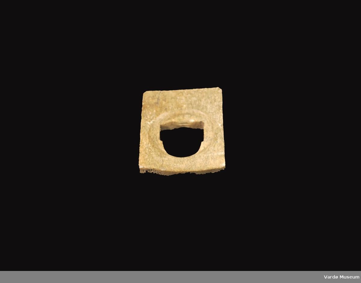 Firkantet og porøs, hull i midten 3,1 cm  i diameter.