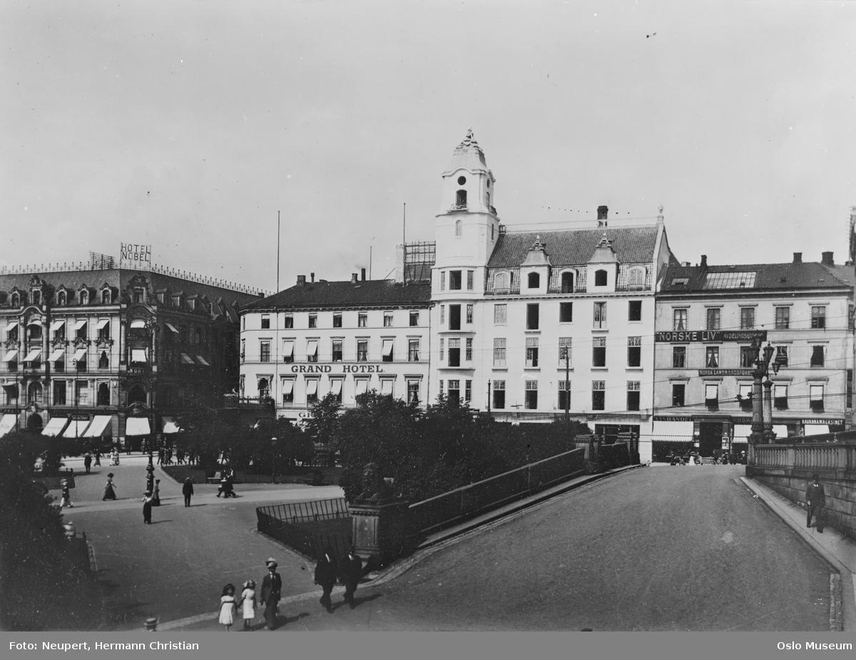 plass, park, mennesker, Grand Hotel, Hotel Nobel, bakke, løveskulptur
