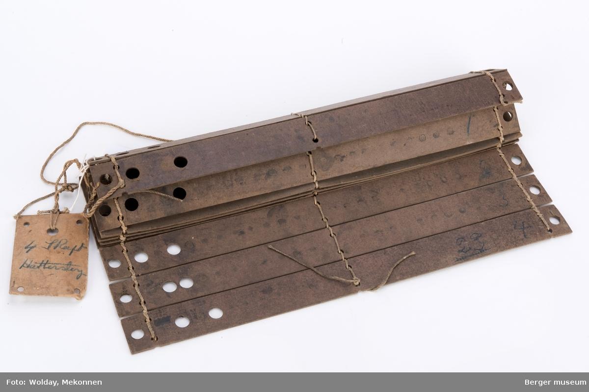 Remse av hullkort til skaftestol, 16 sammensydde kort, hvet kort er kronolgisk nummeret fra 1 til 4, fire ganger.