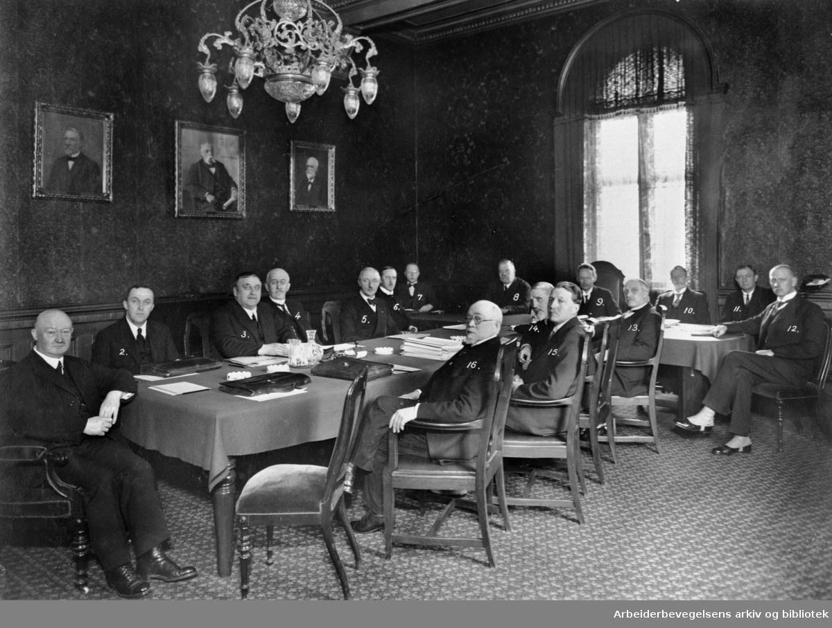 NSB, distriktssjefmøte i Oslo 17. - 20. februar 1931. 1) Ds. (distriktsjef) Berner; 2) inspektør Rasmussen; 3) ds..Poppe; 4) ds. Engelstad; 5) ds. Ruud; 6) ks. (kontorsjef) Løken; 7) ks. Holtmoen; 8) jernbanedir. (banedir.) Otto G. D. Aubert; 9) generaldir. Eivind Heiberg; 10) jernbanedir. (regnskap) Jynge, Andreas Grimelund.