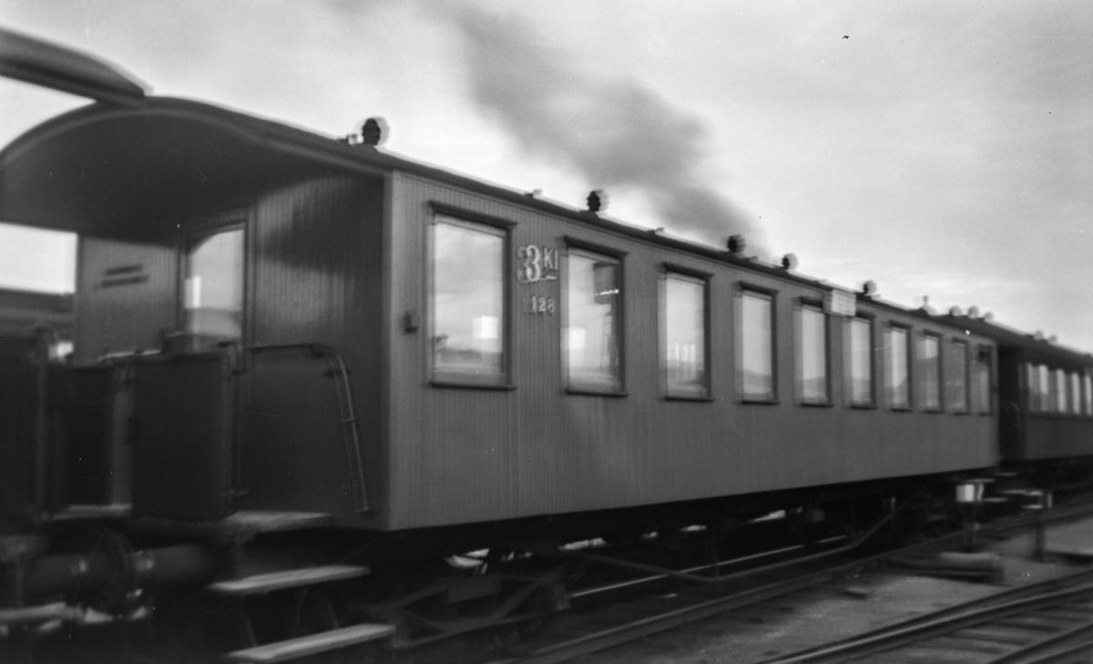 """Normalsporet personvogn type Co4a nr. 128. Dette var NSBs enkleste personvogntype og ble bl.a. omtalt som """"Sportsvogner"""". Vognen hadde 106 sitteplasser."""