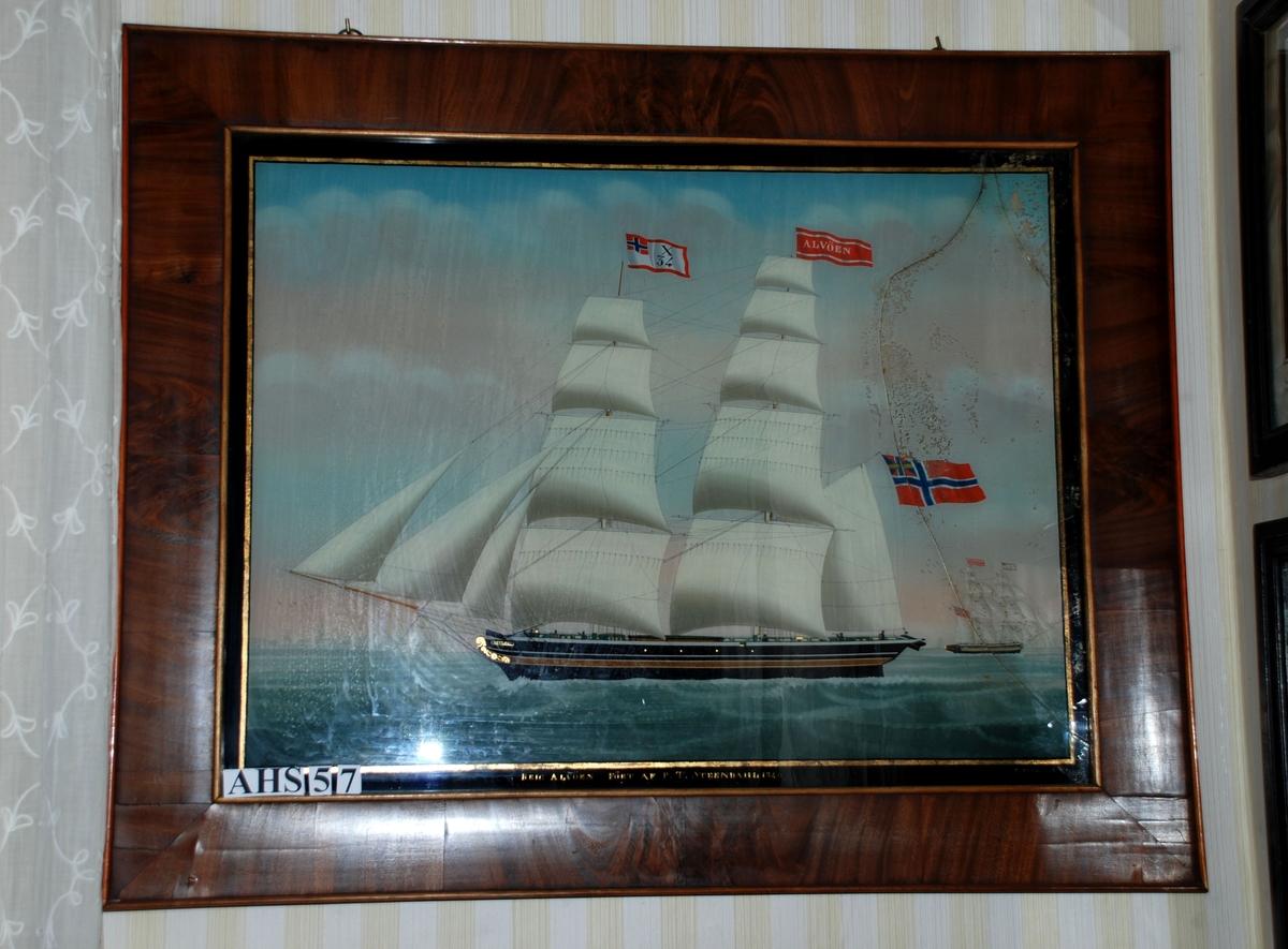 Seglskute To-mastet skute med tre forsegl, fire råsegl på fokkemasten og fem råsegl på stormasten som også har et gaffelsegl. Gaffelriggen har et unionsflagg øverst, stormasten en rød vimpel med skipsnavnet og fokkemasten et identifikasjonsflagg med norsk flagg i øvre hjørne og bokstaven X og tallet 34. X er bokstaven skipene i sjøfartsbyen Bergen fikk. 34 er nummeret akkuratt dette skipet fikk.  Seks mennesker kan sees på dekk. I bakgrunnen kan man se en tilsynelatende lik type skip.