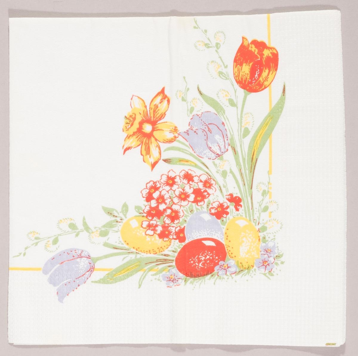"""Kulørte påskeegg, tulipaner, grener med """"gåsunger"""" og små blomster."""