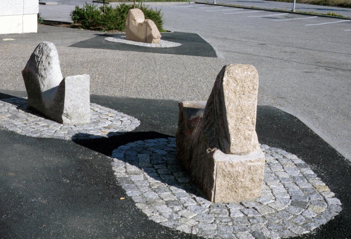 Siri Bjerke er maler og billedhugger. I skulpturene sine utforsker hun grensene mellom materiale og illusjon - mellom sten og dyr.