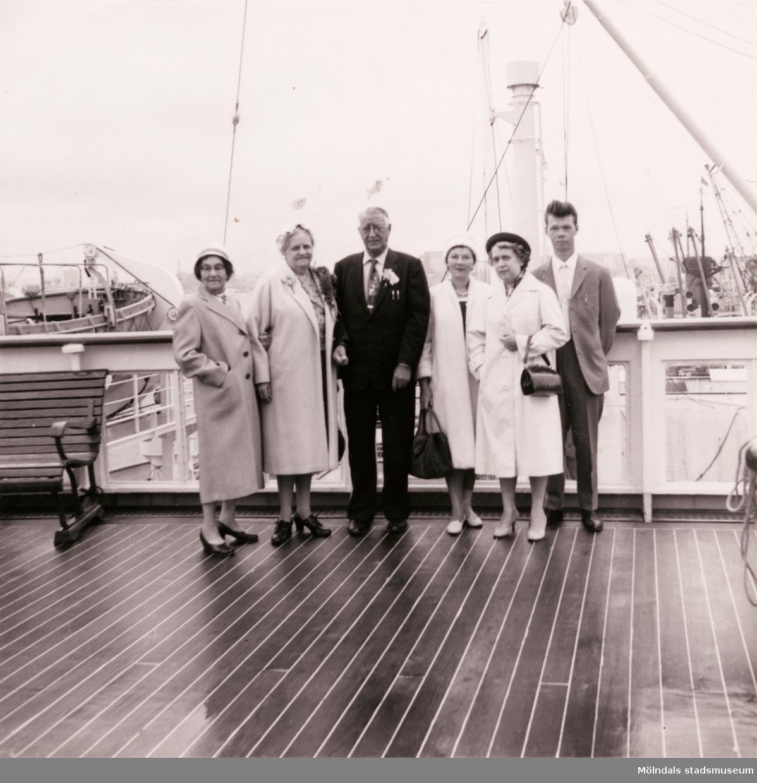 """Hilda """"Lisa"""" Börjesson Hallgrens bror Axel Ney (utflyttad till USA) på väg till USA efter Sverigebesök, år 1961. Här ombord på fartyget Kungsholm. """"Besöksbiljetten"""" till Kungsholm finns, men är ännu ej återfunnen. Från vänster ses Hilda Börjesson Hallgren, Hazel (Axels fru), Axel Ney, Elna Kristoffersson (dotter till Hilda), Inga-Lill Börjesson (gift med Åke, Hildas son) och Thore Kristoffersson (son till Elna)."""