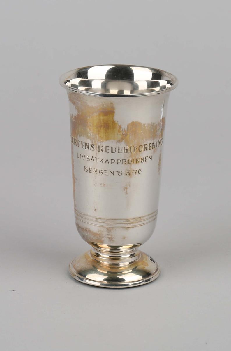 Sølvpokal. Bergens Rederiforening gavepremie. På sokkel.
