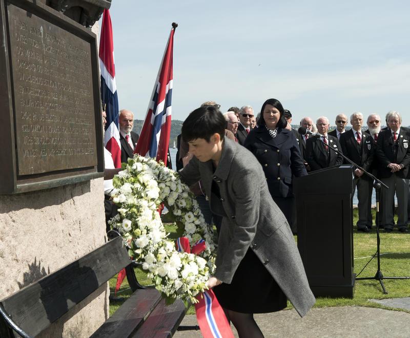 Utenriksminister Ine Marie Eriksen Søreide legger ned krans på monumentet 8. mai 2018.