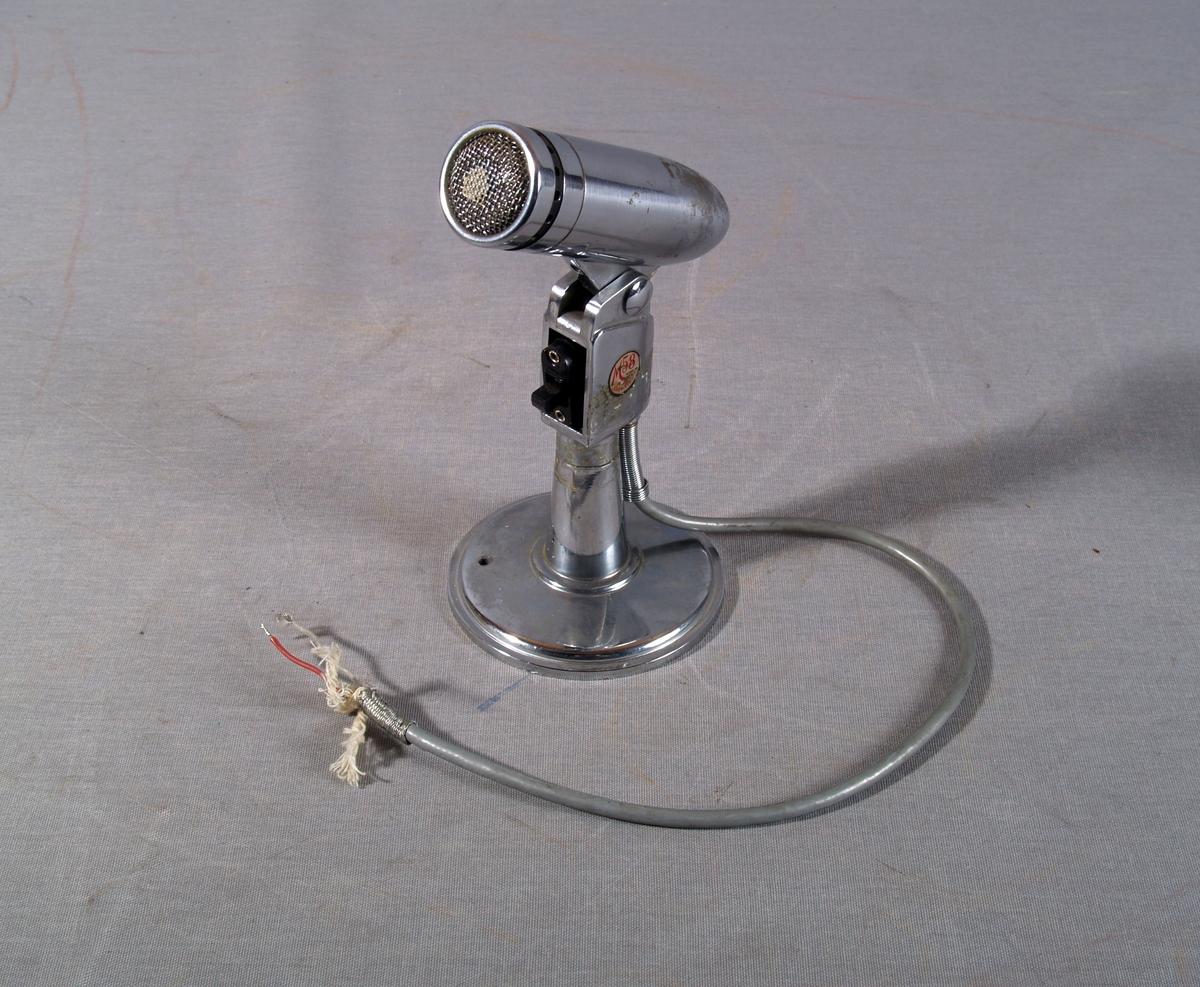 Mikrofon på bordstativ, bevegelig hode. Av/på-bryter tilkoplet elektrisk kabel.