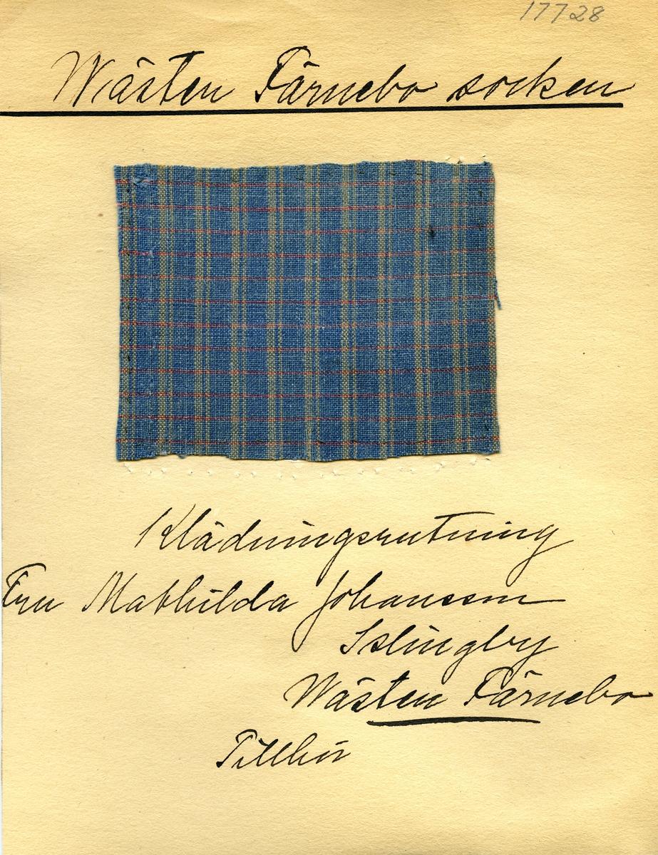 Anmärkningar: Vävnadsprov Olga Anderzons samling. Klänningsrutning, Fru Mathilda Johansson, Islingby Västerfärnebo. Vävprov av bomull i tuskaft, rutigt. Varpen och inslaget är randade olika. Varpen är i blått och beigt och inslaget i blått och rött. L. 920 820 Br. 950 1050