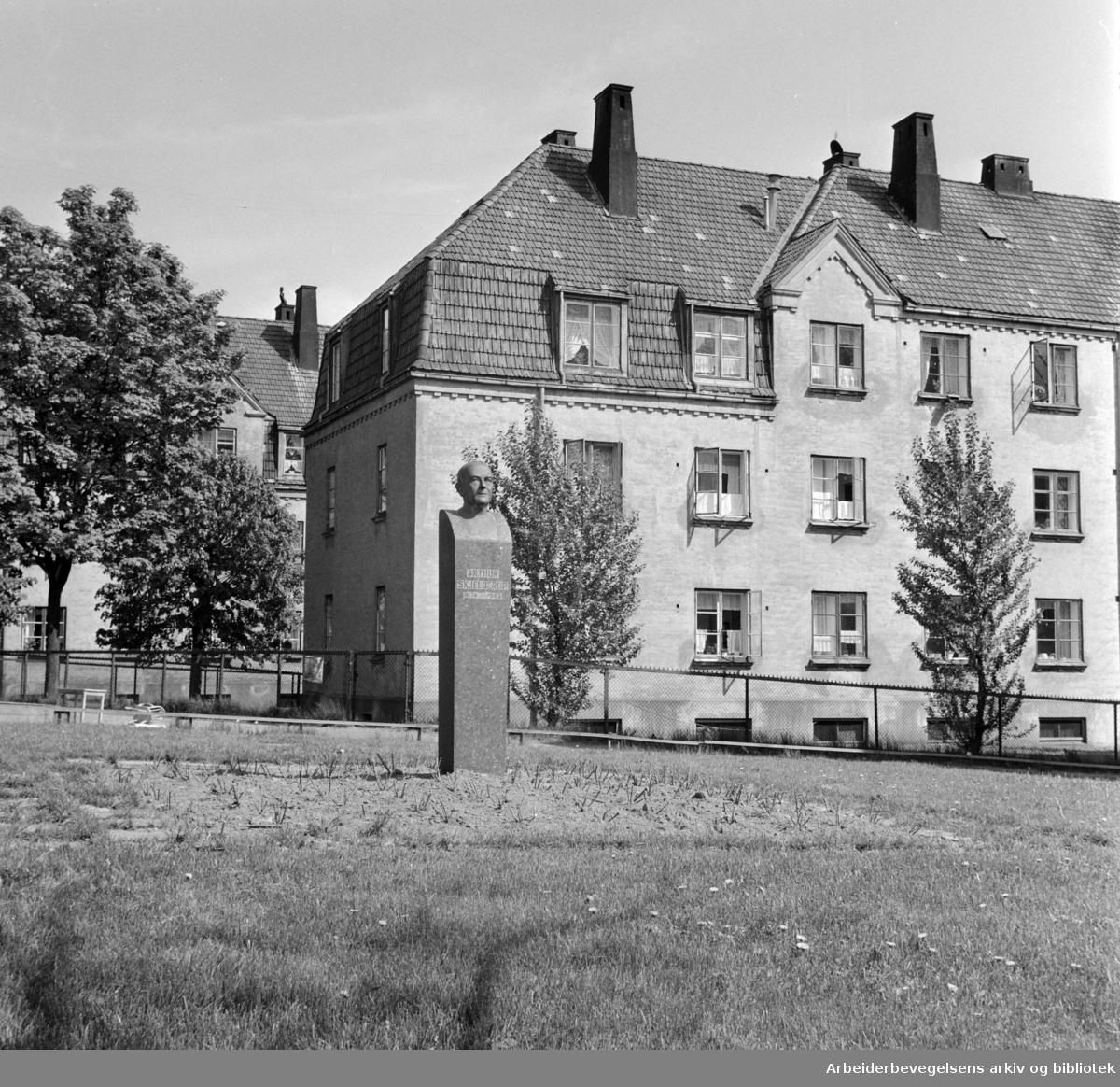 Rivertzske Komleks med bysten av Arthur Schjelderup.Juni 1958