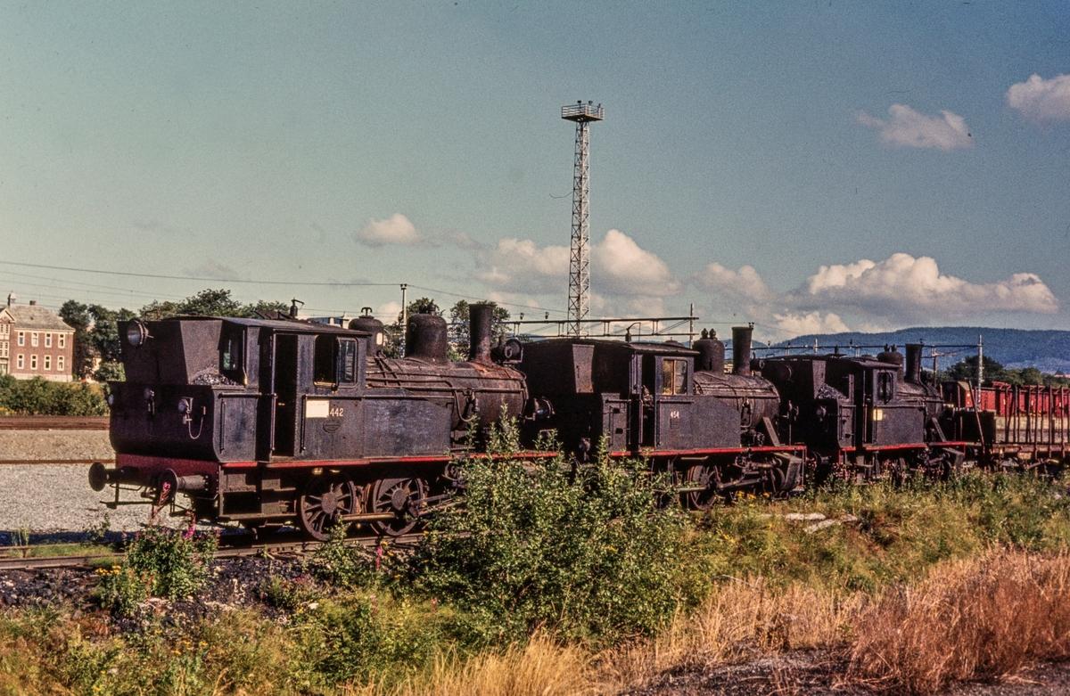 Utrangerte damplokomotiver type 23b hensatt på Marienborg ved Trondheim. Fra venstre nr, 442, 454 og 460.
