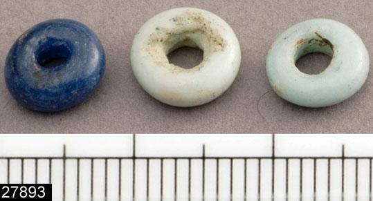 Anmärkningar: Badelunda sn, Tuna undersökt 1952-1953 Pärla, från båtgrav daterad till yngre järnålder, 850 e.Kr. (Vikingatid)  Pärlor av glas, från grav 75 (fyndnr 111b). 2 st små vita och en liten blå. Diam ca 8 mm Utställda Forntid 2014  Fynd 111 består av 4(?) st hängen, funna vertikalt, taktegelformigt täckande varandra tillsammans med pärlor i ursprunglig ordning (3 blå, 4 vita, 1 blå), 1 ströpärla mellan hängena. Liknanda och liknande hängen finns även under fyndnr 20 samt 111 där även liknande pärlor återfinns. Hängena och pärlorna låg i rader över den begravdas bröst. Hängena var åtskilda åt av de små vita eller blå glaspärlorna.  Tidigare dubbelregistrerad som pärlband under invnr 28008. Därför noterad som saknad i en tidigare registrering. Vid genomgång av accessprojektet har pärlorna från grav 75 i möjligaste mån återförts till det ursprungliga inventarienumret.  Litteratur Nylén, E. & Schönbäck, B. 1994. Tuna i Badelunda. Guld kvinnor båtar I. Västerås kulturnämnds skriftserie 27. Västerås. s 44ff. Nylén, E. & Schönbäck, B. 1994. Tuna i Badelunda. Guld kvinnor båtar II. Västerås kulturnämnds skriftserie 30. Västerås. s 112 ff, 150ff, 200.  Fotograferad teckning negnr A-7422