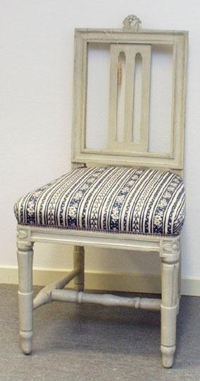 """Anmärkningar: Gustaviansk stol, troligen stockholmsarbete. Gråmålad. Rakt kälat ryggkrön med uppskjutande skulpterad dekor i form av en humlekvist. Ryggståndarna , liksom tvärslå i nedre delen är kälade.  Ryggbricka med genombruten dekor i två skåror. Stoppad sits. Stolssargen på tre sidor kälad. Kraftigt profilerat fotkryss. Rosettanfang på frambenen, som är kannelerade med s.k. strumpa vid fotkrysset. Det bakre stolsbensparet är enbart kannelerat med en skåra på framsida. Frambenens fötter har en ansvällning, där de övergår i strumpan. Hör till samma uppsättning som invnr. 28406-28415. Omtapetserade.  Skada på färgen i övre delen av vänstra ryggståndaren. """" 436"""" b eller g, skrivet under framsargen. Lång spricka på nedre delen av ryggbrickans framsida.  Har använts och används ännu på Sätra brunn."""