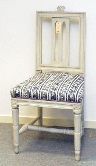 """Anmärkningar: Gustaviansk stol, troligen stockholmsarbete. Gråmålad. Rakt kälat ryggkrön med uppskjutande skulpterad dekor i form av en humlekvist. Ryggståndarna , liksom tvärslå i nedre delen är kälade.  Ryggbricka med genombruten dekor i två skåror, sprucken i nederkant. Stoppad sits. Stolssargen på tre sidor kälad. Kraftigt profilerat fotkryss. Rosettanfang på frambenen, som är kannelerade med s.k. strumpa vid fotkrysset. Det bakre stolsbensparet är enbart en kannelyr på framsida. Frambenens fötter har en ansvällning, där de övergår till i strumpan. Hör till samma uppsättning som invnr. 28406-28415.  Under framsargen är """" 436E"""" skrivet med penna. Förstärkt med nya träklossar under sargen. Omtapetserade.  Har använts och används ännu på Sätra brunn."""