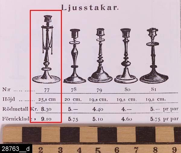 """Anmärkningar: Ljusstake, omkring 1900.  Profilerad ljusstake med stor rund fot. En fast manschett med tre hål i. Ljusstaken är märkt """"P"""" på tre ställen (bild 28763__b). Undertill är den märkt med en krona samt texten """"SKULTUNA 1611 No 77"""" (bild 28763__c). Ljusstaken är avbildad i en priskurant från Skultuna från 1898. Där framgår det att den såldes i par och att ett par kostade 8,30 kronor (bild 28763__d). Enligt en broschyr, utgiven av museet 2007 och benämnd """"Skultunastämplar 1800-2000"""", användes den typ av stämpel som finns på föremålet mellan 1890-1922. H:255 D:105  Tillstånd: Mässingsband saknas vid den fasta manschetten under ljuspipan (jämför bild 28763__d).  Historik: Gåva från SAPA AB, Division Service, 2002. Föremålet stod i ett skyddsrum på bruksområdet i Skultuna."""