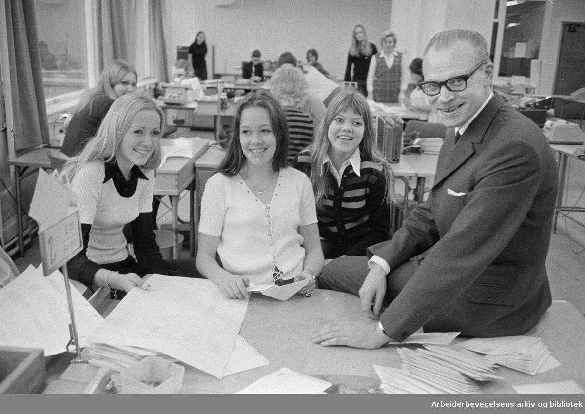 Postgirokontoret. Fra v.: Ragnhild Lysgård, Grete Olstad, Anne Grethe Viker og kontorsjef R. Ullvang. November 1971