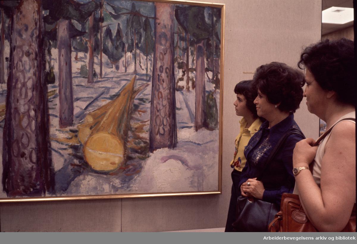 """Munchmuseet på Tøyen. Familien Garcia fra Mexico ved Munchs """"Den gule tømmerstokken"""". Juli 1976"""