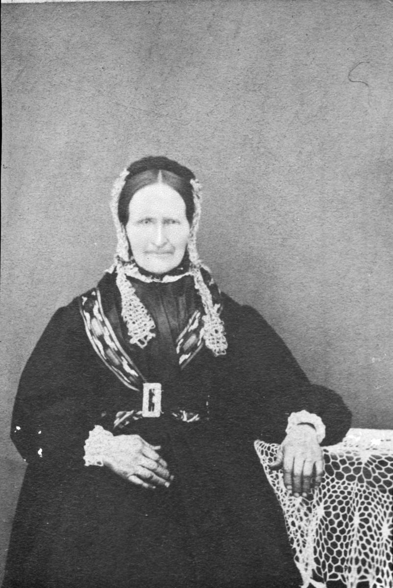 """Portrett av kvinne merket """"ved Kolstad en kvinde""""."""