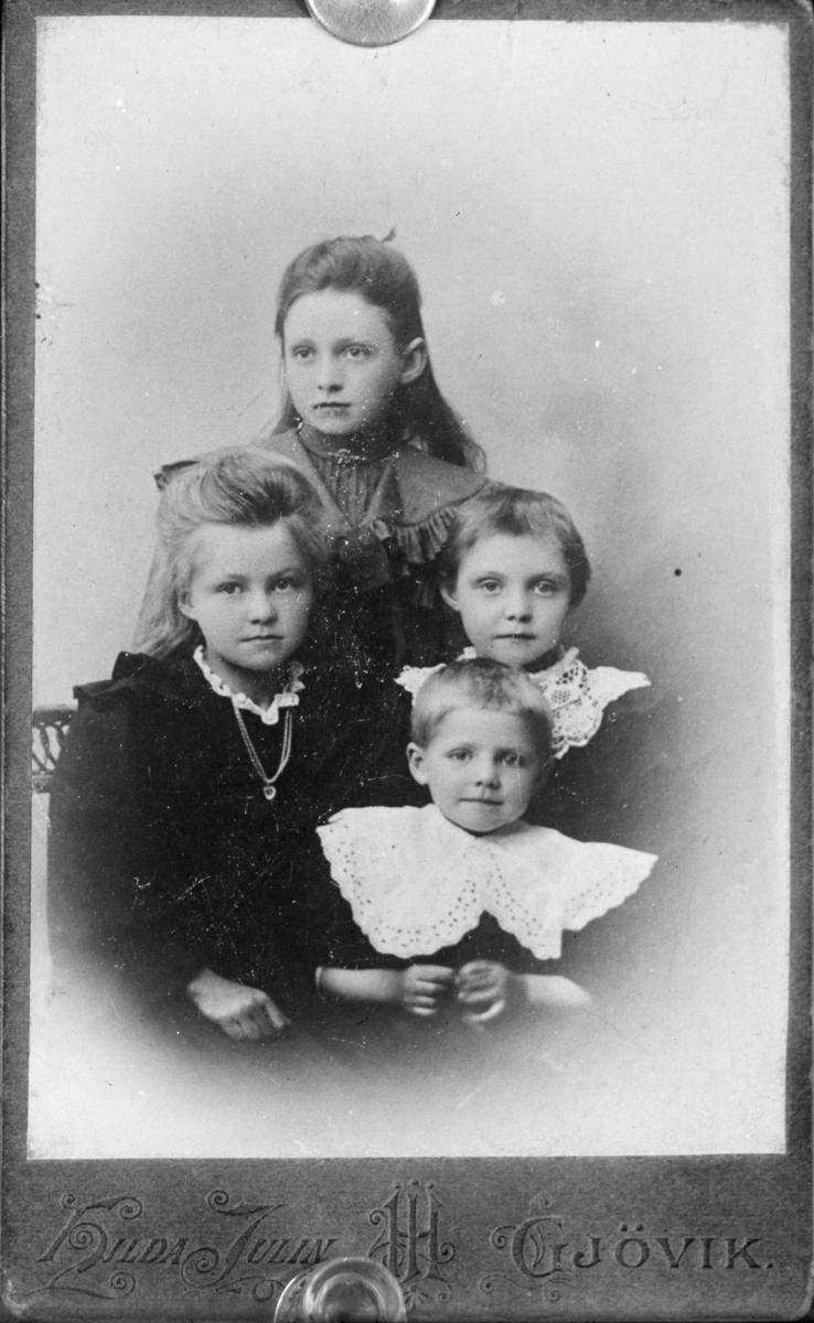 Portrett av fire barn
