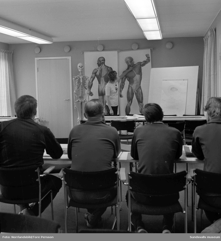 Verksamheten vid nystartade Rygginstitutet i Sundsvall. Personal och patienter sysselsatta med olika typer av behandling och träning.