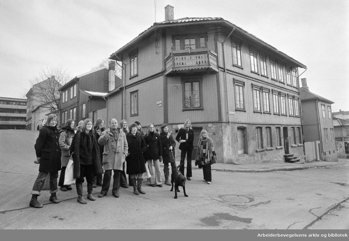 Kampen. Forsøksgymnaset med Erik Melvold, besøker bydelen. Mars 1975.