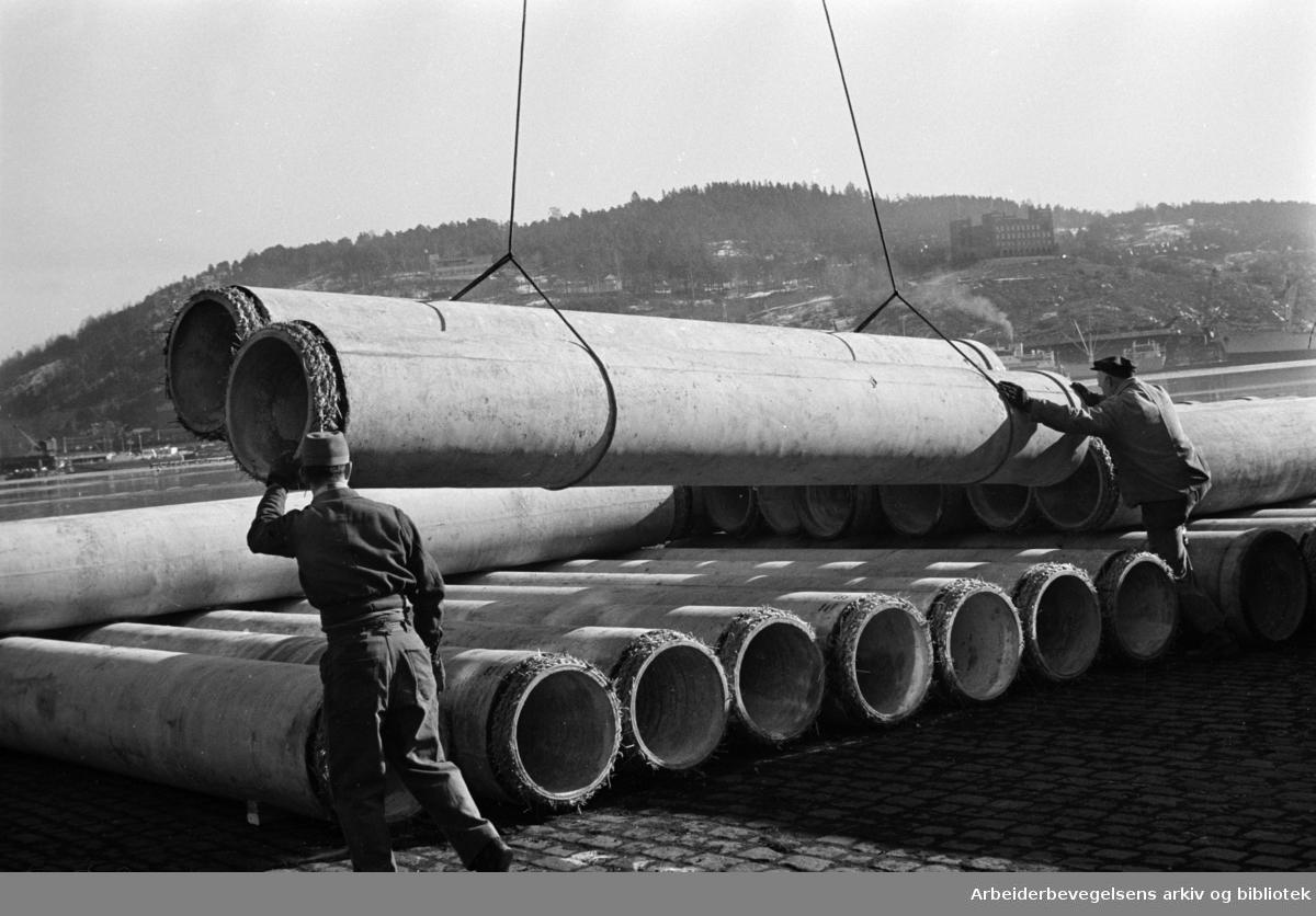 Havna. Kraner og bryggearbeidere. Mars 1961