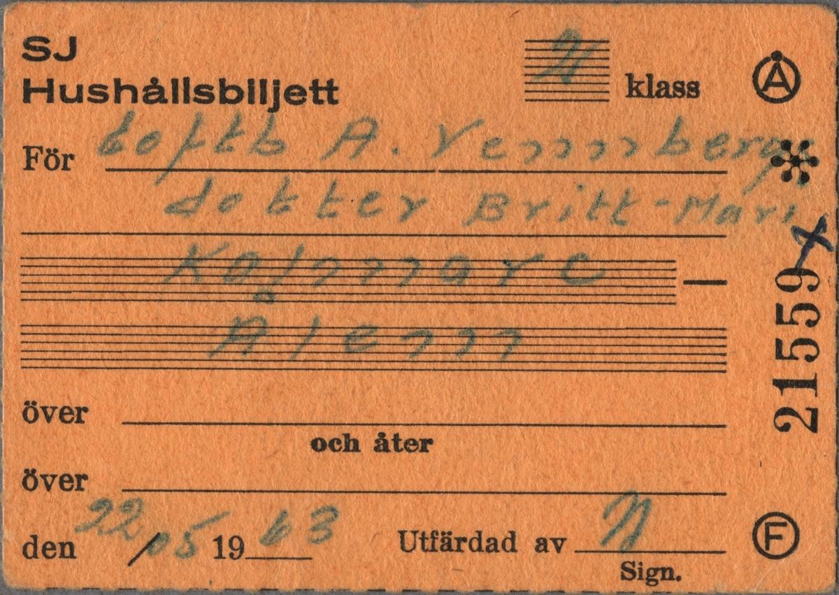 """Brun biljett med tryckt text i svart: """"SJ Hushållsbiljett 2 klass För Eoftb. A Vennbergs dotter Britt-Mari Kalmar C -Ålem den 25/05 1963 Utfärdad av [Sign]"""". I det övre högra hörnet finns ett """"Å"""" inom en cirkel, under denna en figur som påminner om en stjärna och längst ner står ett """"F"""" inom en cirkel. Mellan ovanstående text står biljettnumret """"21559"""", tryckt på kortsidan. Ifylld text är handskriven med kulspetspenna på linjerade skrivfält. Det finns fler fält i nederkant för ifyllnad av kompletterande uppgifter beträffande resvägen. Baksidan är stämplad """"SVERIGES STATSBANOR 22 MAJ 1963 KALMAR C."""". Det finns en dubblett med samma biljettnummer, datum och resväg som är utfärdad till """"Eoftb A. Vennbergs Hustru""""."""