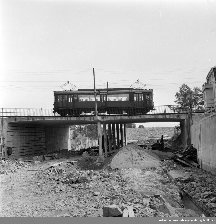 Gaustadbrua på Store Ringvei. Ytre Ringvei under ny bru ved Gaustad. August 1958