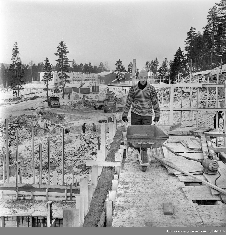 Bølerlia. Her skal det stå seks klasserom ferdige til det nye skoleåret begynner. Frans Carlsen gjør sitt beste for at så kan skje. Februar 1963