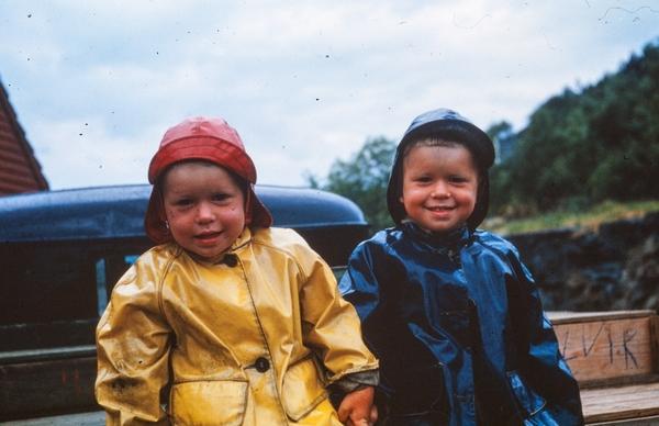 d4311b42 barn tvillinger regnklede - Ryfylkemuseet / DigitaltMuseum