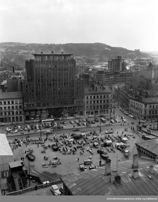 Folketeaterbygningen sett fra brannstasjonen. Juni 1956